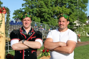 Michael Rhyner (links) und Andy Büsser (rechts) erkämpfen sich den Kranz in Wädenswil ZH Foto: Pascal Schönenberger