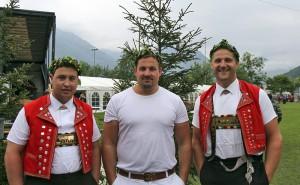 Christian Holenstein (l), Andy Büsser (m) und Arnold Forrer (r) mit dem Kranz am Glarner-Bündner Kantonalschwingfest in Näfels GL Foto: Pascal Schönenberger