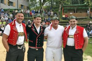 Arnold Forrer, Armon Orlik, Stefan Burkhalter und Raphael Zwyssig mit dem Stoos Kranz für das NOS Team Foto: Pascal Schönenberger