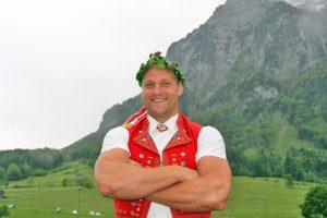 Arnold Forrer mit dem 137. Kranz Foto: Pascal Schönenberger
