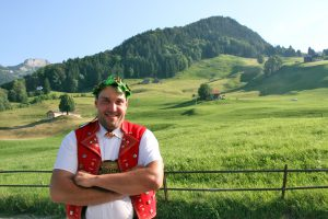 Daniel Bösch sichert sich seinen 80. Kranz am Appenzeller Kantonalschwingfest. Foto: Pascal Schönenberger